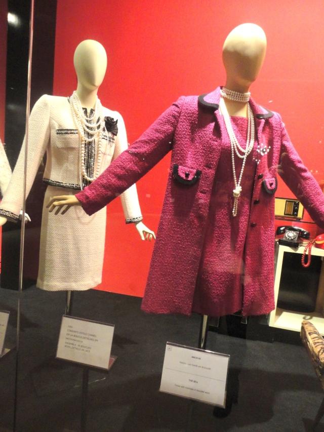 Anos 60 - No ritmo do twist, os vestidos curtos e a minissaia entraram no circuito fashion. Na briga das saias longas e minis, nasce o comprimento midi, muito usado com botas.