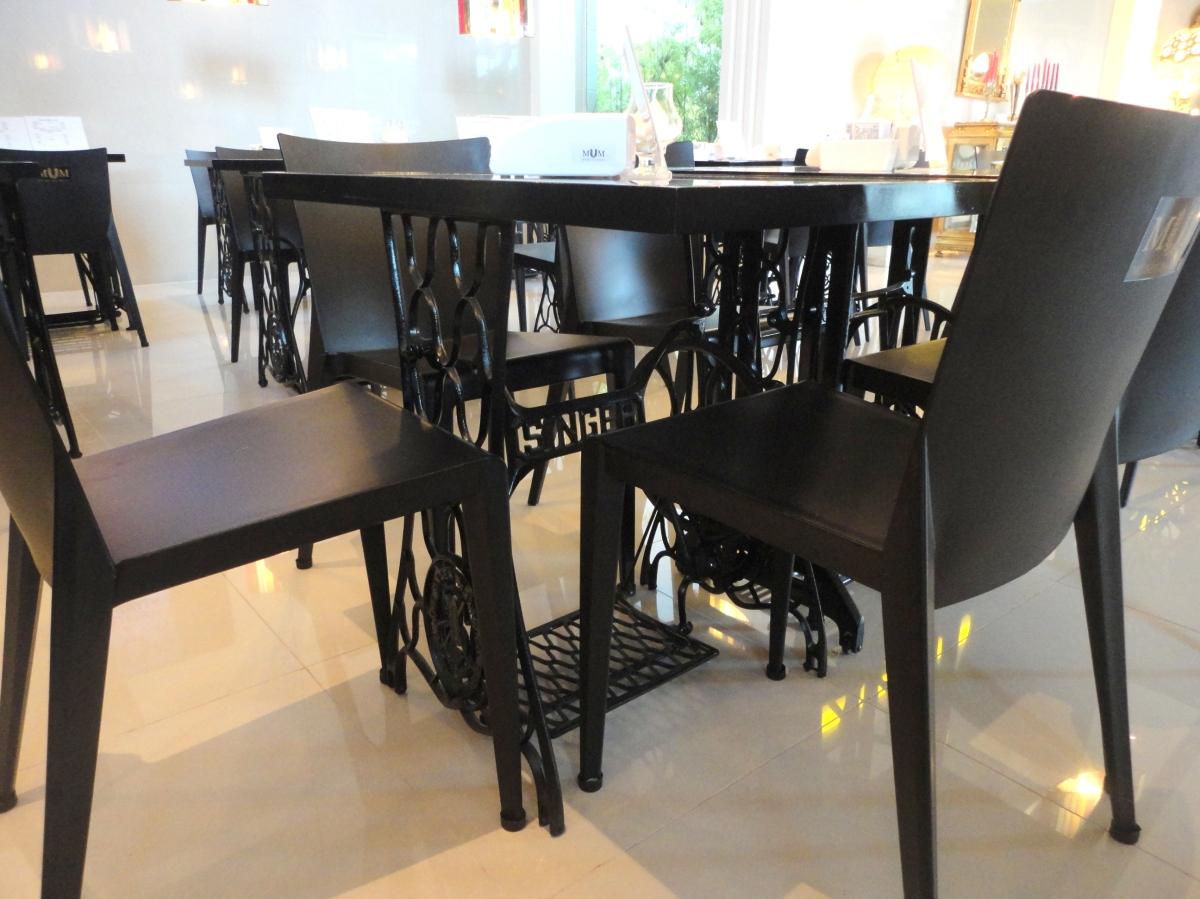 Detalhe das mesas, como as máquinas de costura de antigamente.