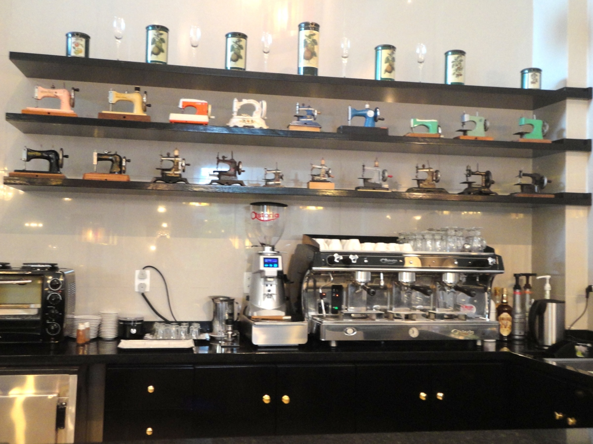 Olha que charme a decoração do café!!